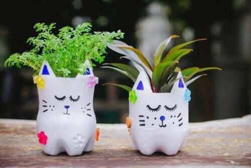 Pet şişeden kesilmiş kedi şeklinde saksılar