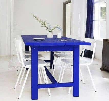 Mavi masa ve beyaz sandalyeler