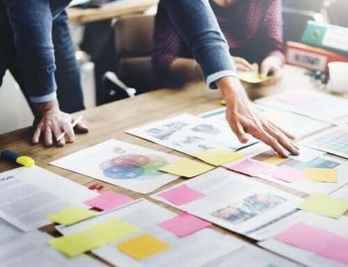 Masadaki kağıtları inceleyerek plan yapan profesyonel bir organizatör