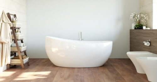 Ahşap banyo zemini üstüne seramik küvet