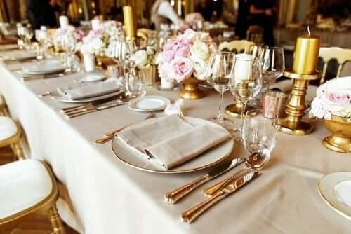 Altın rengi yemek takımları olan güzel bir masa