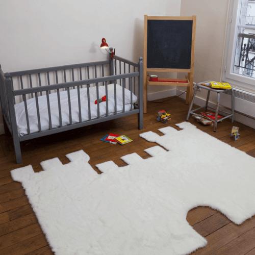 Bebek odasında kale şeklinde halı