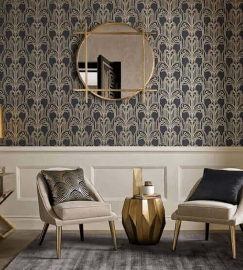 Duvar kağıdı ile kaplanmış odada 19. yüzyıl mobilyaları