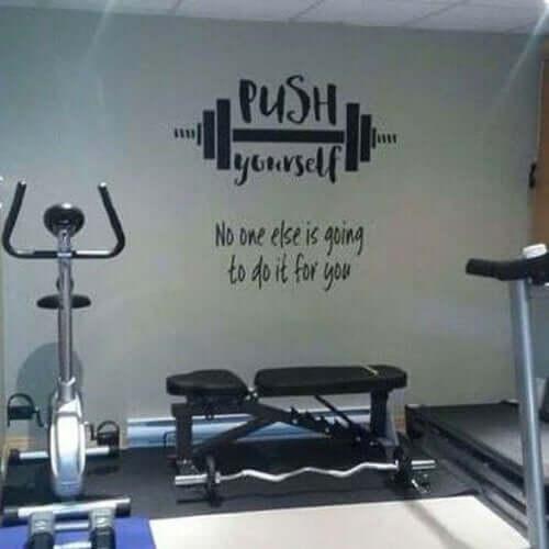 Evde spor salonu duvarında spor motifleri