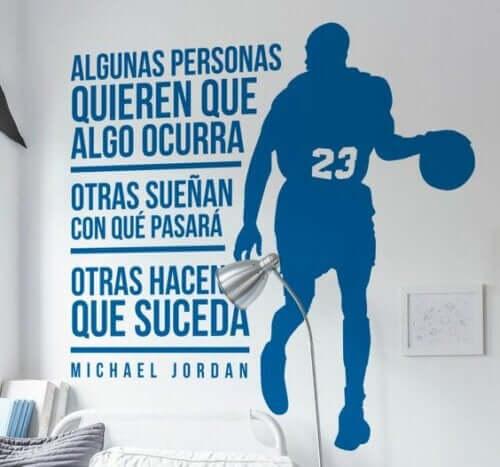 Michael jordan silüeti olan spor motifleri içeren çıkartma