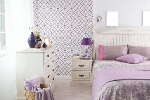 Mor ve pembe aksesuarlarla yatak odanızı uyumlu dekore etmek