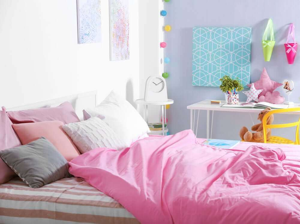 mavi duvarlı pembe yataklı genç odası