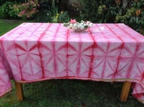 Pembe beyaz çizgili masa örtüleri
