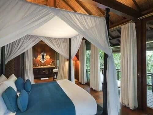 Üstü kapalı yatak olan yatak odası