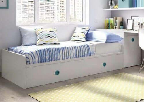Beyaz açılınca yatak olabilen kanepe