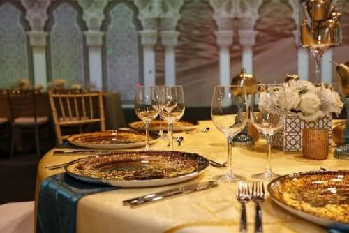 Sarı ışıklı ortamda şarap kadehli güzel bir masa
