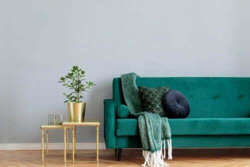 Yeşil koltuk ve altın rengi dekoratif ürünler