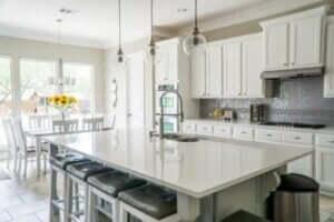 Beyaz renkli mutfak tezgahı