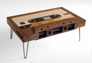 Üzeri dev bir kaset şeklinde bir sehpa