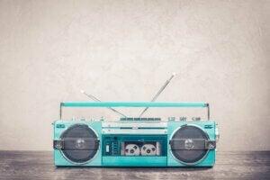 Yeşil eski tarz bir kaset çalar