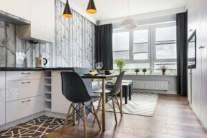 Yalnız yaşayanlar için tezgah üstü bölünmüş yemek masası ve açık mutfak