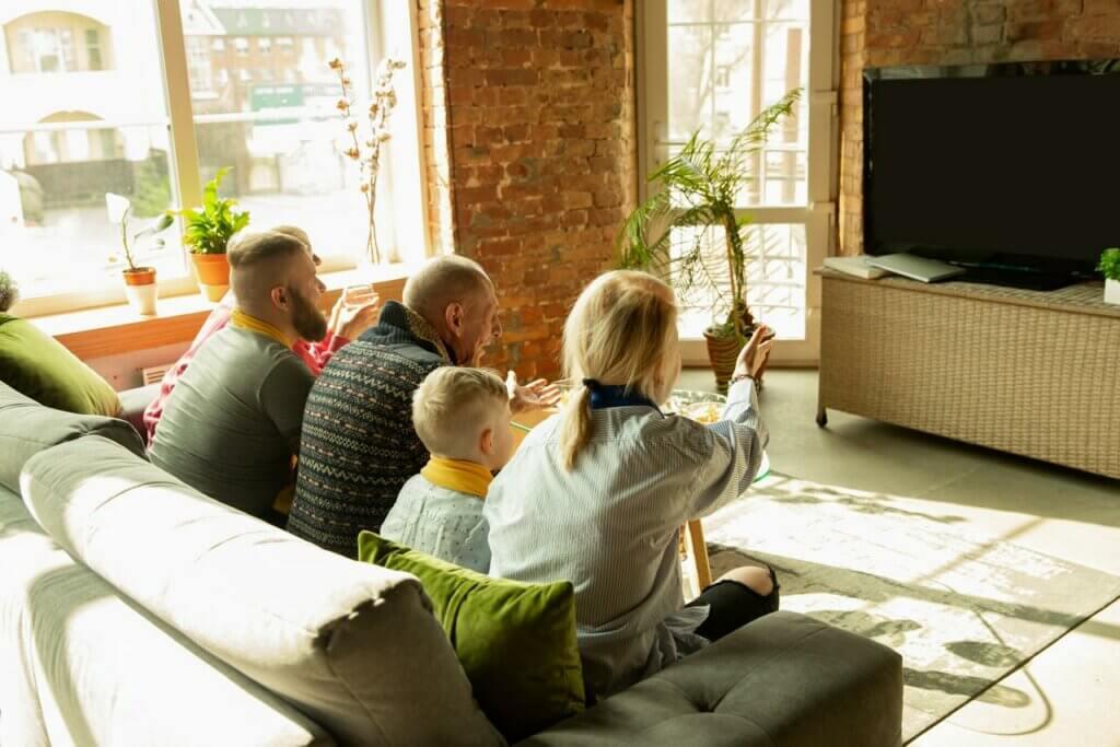 televizyon karşısında aile