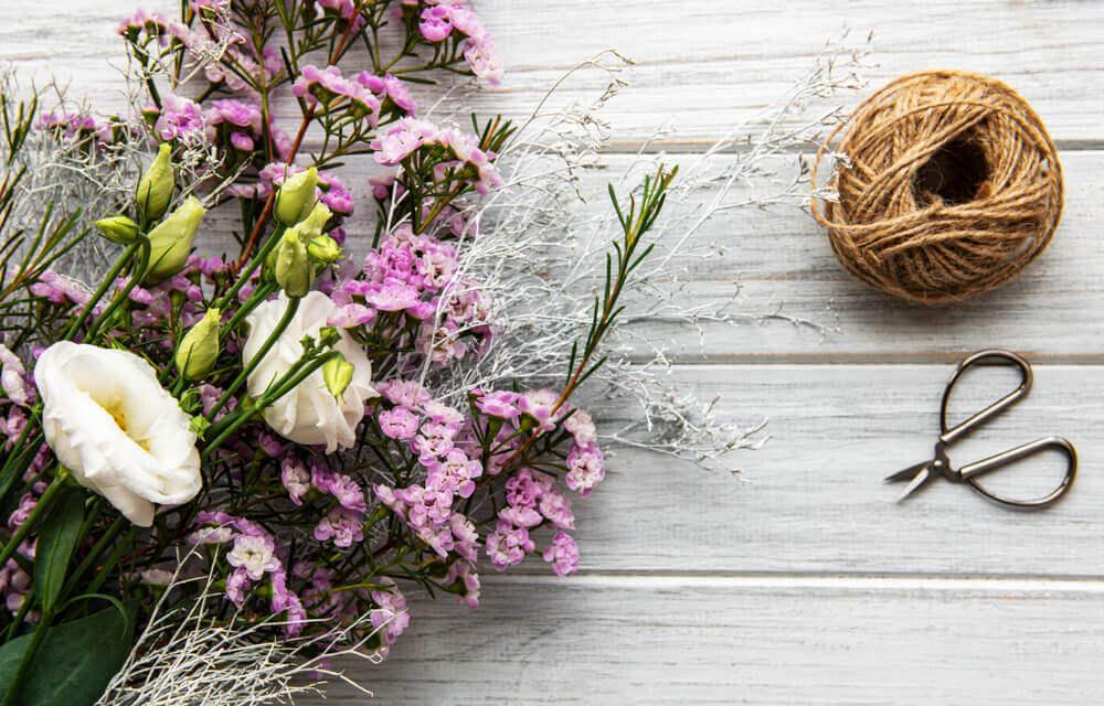 Sıradan Bir Masa İçin Çiçek Düzenlemesi