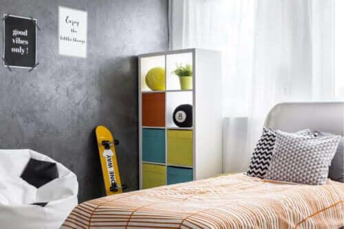 Kişisel eşyalar olan genç yatak odası