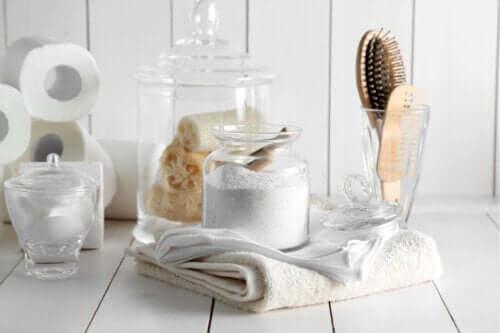 Beyaz havlu ve banyo gereçleri