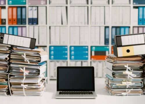 Bilgisayarın iki yanına yığılı dosyalar