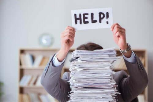 Kağıtları ve belgeleri düzenlemek için yardım isteyen adam
