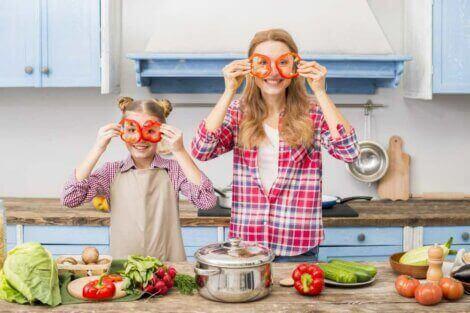 anne kız mutfakta