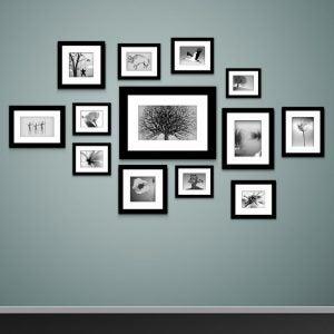 세트로 된 여러가지의 그림 액자를 거는 것은 벽을 두드러지게 합니다.