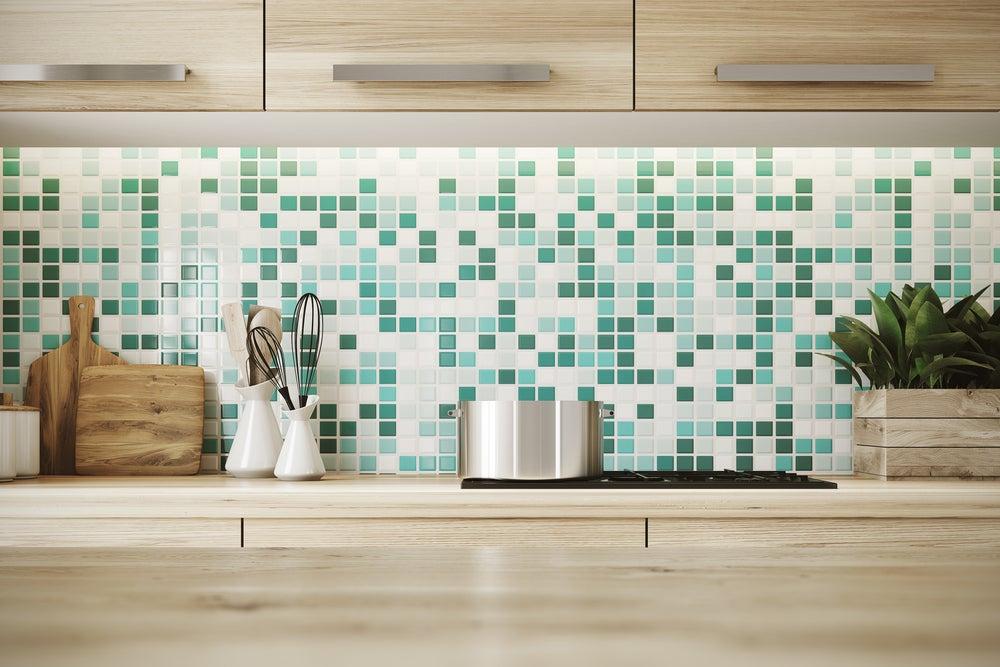 yeşil tonlarında küçük karelerden oluşan mozaik mutfak fayansı