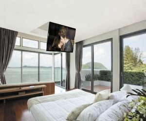 Discreet and modern, the folding TV ceiling mount is so practical.