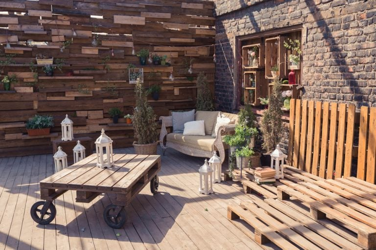 Helpful Ideas to Create a Table Using Wooden Pallets