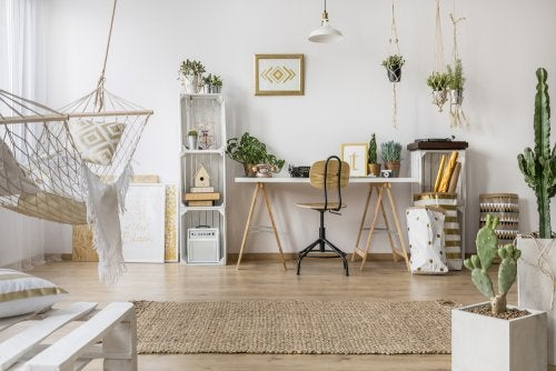 A home office with a combination of wood and the color white, with other decorative elements.