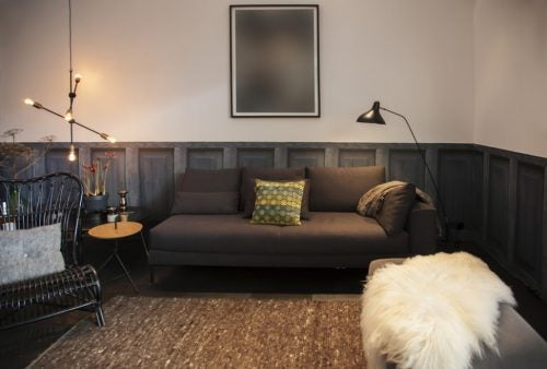 Living room with wood paneling and painting / pinterest.es