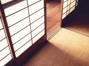 Japanese screens are commonly used in oriental decoration.
