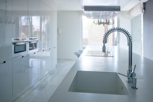 Completely white kitchen with movable faucet