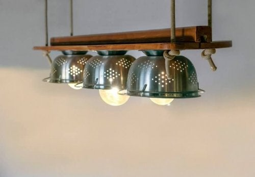 Using kitchen items such as strainers to make light shades is a creative way of recycling objects and adding a unique theme to your home