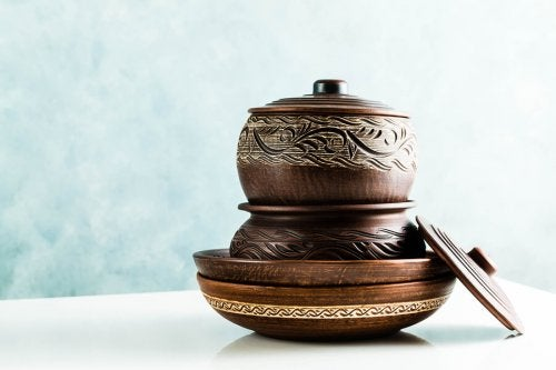 Clay cooking pots can be decorated or carved to add a beautiful touch to the kitchen