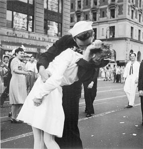 photo end of war kiss
