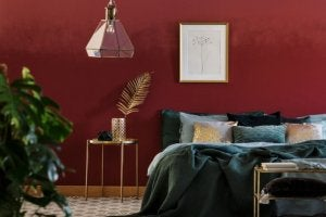 A red and green decorated bedroom.