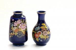파란색 중국 꽃병 두 가지.