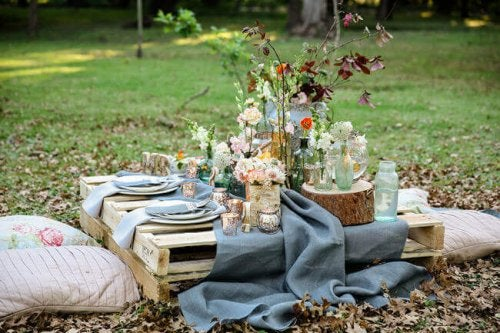 The rustic style is great for decorating a picnic if you're a nature lover.