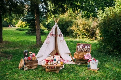 Decorating a picnic in an intimate way is possible. In this picture, a teepee and wicker baskets set up for a romantic picnic.