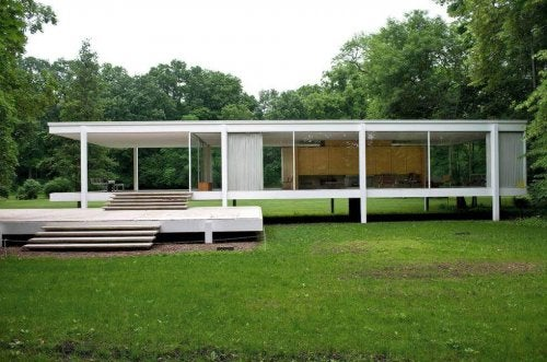 A photo of the Farnsworth House.