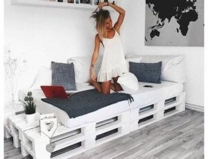 Ways to decorate without spending money - pallet bed.
