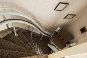 노인에게 적합한 인테리어: 계단 엘리베이터