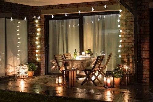 Light bulbs lighting up an outside patio.