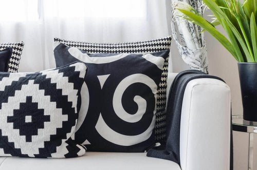 The sofa is the best decorative object to create contrast with white and black.