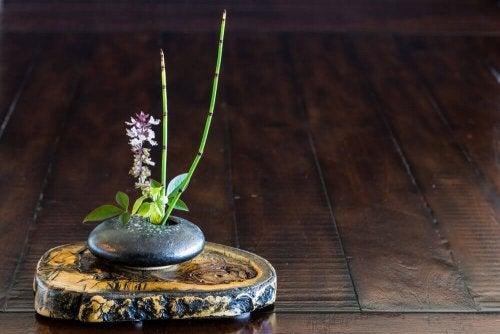 A simple Japanese floral arrangement.