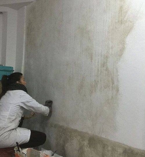 A woman applying the glazing paint technique.