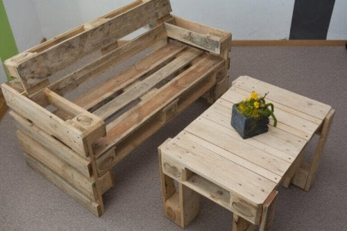Pallets, one of the decoration low-cost ideas.